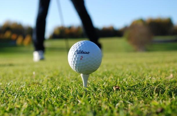 Golf-Teeing-Off-610x400