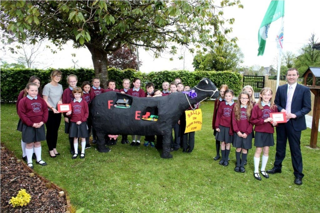 22/5/2015 Musgrave NI & Ulster Farmers' Union School's Art Competition Winner Woods PS. (Lot) Deborah Quinn from UFU and Noel Sweeney from Musgrave hand the winning envelope to the pupils
